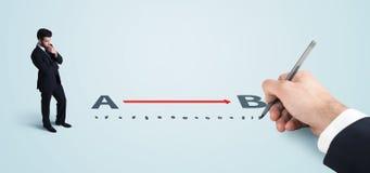 Επιχειρηματίας που εξετάζει τη κόκκινη γραμμή από το α στο β που σύρεται με το χέρι Στοκ Εικόνα