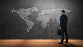 Επιχειρηματίας που εξετάζει τον παγκόσμιο χάρτη απόθεμα βίντεο