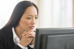 Επιχειρηματίας που εξετάζει τον υπολογιστή στην αρχή Στοκ εικόνα με δικαίωμα ελεύθερης χρήσης
