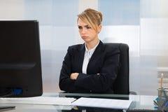 Επιχειρηματίας που εξετάζει τον υπολογιστή στην αρχή Στοκ Εικόνες