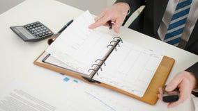Επιχειρηματίας που εξετάζει το ημερολόγιό του Στοκ Εικόνες