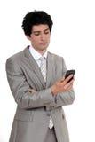 Επιχειρηματίας που εξετάζει το κινητό τηλέφωνο Στοκ φωτογραφίες με δικαίωμα ελεύθερης χρήσης