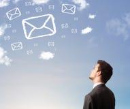 Επιχειρηματίας που εξετάζει το σύμβολο ταχυδρομείου Στοκ εικόνα με δικαίωμα ελεύθερης χρήσης