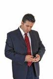 Επιχειρηματίας που εξετάζει το τηλέφωνο. Στοκ φωτογραφία με δικαίωμα ελεύθερης χρήσης
