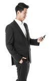 Επιχειρηματίας που εξετάζει το τηλέφωνό του Στοκ Εικόνα