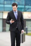 Επιχειρηματίας που εξετάζει το τηλέφωνό του Στοκ φωτογραφία με δικαίωμα ελεύθερης χρήσης
