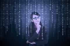 Επιχειρηματίας που εξετάζει το δυαδικό κώδικα Στοκ φωτογραφία με δικαίωμα ελεύθερης χρήσης