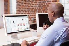 Επιχειρηματίας που εξετάζει το όργανο ελέγχου υπολογιστών στην αρχή Στοκ Φωτογραφία