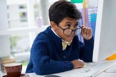 Επιχειρηματίας που εξετάζει το όργανο ελέγχου υπολογιστών Στοκ Εικόνες