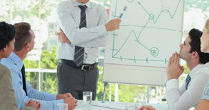 Επιχειρηματίας που εξηγεί τη γραφική παράσταση στο whiteboard απόθεμα βίντεο