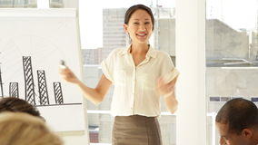 Επιχειρηματίας που εξηγεί το ιστόγραμμα στο προσωπικό της στην παρουσίαση απόθεμα βίντεο