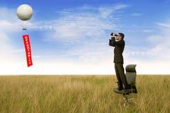 Επιχειρηματίας που επιδιώκει μια ευκαιρία στοκ εικόνες