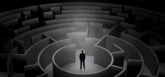 Επιχειρηματίας που επιλέγει μεταξύ των εισόδων σε μια μέση ενός σκοτεινού λαβυρίνθου διανυσματική απεικόνιση