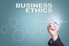Επιχειρηματίας που επισύρει την προσοχή στην εικονική οθόνη Έννοια επιχειρησιακής ηθικής Στοκ Εικόνες