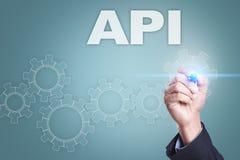Επιχειρηματίας που επισύρει την προσοχή στην εικονική οθόνη Έννοια API Στοκ εικόνα με δικαίωμα ελεύθερης χρήσης