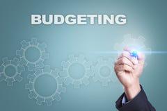 Επιχειρηματίας που επισύρει την προσοχή στην εικονική οθόνη Σύνταξη προϋπολογισμού της έννοιας στοκ εικόνες με δικαίωμα ελεύθερης χρήσης
