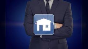 Επιχειρηματίας που επιλέγει το σπίτι, έννοια ακίνητων περιουσιών Συμπίεση χεριών το εικονίδιο σπιτιών διανυσματική απεικόνιση