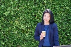 Επιχειρηματίας που εργάζεται έξω από τον πράσινο τοίχο φύλλων γραφείων, επιχείρηση επάνω Στοκ Φωτογραφία