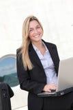 Επιχειρηματίας που εργάζεται έξω από το γραφείο Στοκ φωτογραφία με δικαίωμα ελεύθερης χρήσης