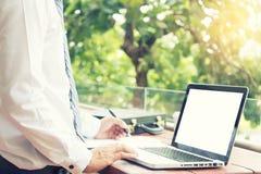 επιχειρηματίας που εργάζεται έξω του γραφείου κοντά στο φυσικό συναίσθημα Στοκ Εικόνες