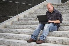 Επιχειρηματίας που εργάζεται έξω Στοκ Εικόνες