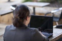 Επιχειρηματίας - που εργάζεται από απόσταση από τον καφέ Διαδικτύου Στοκ Εικόνα