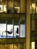 Επιχειρηματίας που εργάζεται αργά - νύχτα στην αρχή στοκ φωτογραφία