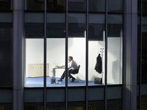 Επιχειρηματίας που εργάζεται αργά - νύχτα στην αρχή Στοκ Εικόνες