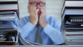 Επιχειρηματίας που εργάζεται αργά στο συναίσθημα γραφείων που κουράζεται τρίψιμο των ματιών του απόθεμα βίντεο