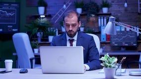 Επιχειρηματίας που εργάζεται αργά τη νύχτα στο γραφείο φιλμ μικρού μήκους