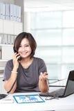 Επιχειρηματίας που εργάζεται και που καλεί τηλεφωνικώς Στοκ Εικόνες