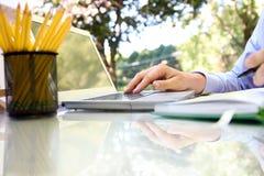 Επιχειρηματίας που εργάζεται με ένα lap-top, που κάθεται έξω Στοκ φωτογραφίες με δικαίωμα ελεύθερης χρήσης