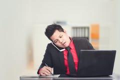 Επιχειρηματίας που εργάζεται με ένα lap-top Στοκ εικόνες με δικαίωμα ελεύθερης χρήσης