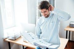 Επιχειρηματίας που εργάζεται με τα έγγραφα στο φάκελλο Στοκ Φωτογραφίες