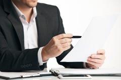 Επιχειρηματίας που εργάζεται με τα έγγραφα συμφωνίας Στοκ εικόνες με δικαίωμα ελεύθερης χρήσης