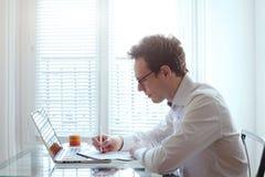 Επιχειρηματίας που εργάζεται με τα έγγραφα Στοκ εικόνα με δικαίωμα ελεύθερης χρήσης
