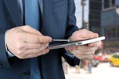 Επιχειρηματίας που εργάζεται με την ψηφιακή ταμπλέτα έξω Στοκ εικόνες με δικαίωμα ελεύθερης χρήσης