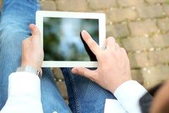 Επιχειρηματίας που εργάζεται με την ψηφιακή ταμπλέτα έξω Στοκ φωτογραφία με δικαίωμα ελεύθερης χρήσης