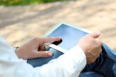 Επιχειρηματίας που εργάζεται με την ψηφιακή ταμπλέτα έξω Στοκ Εικόνα