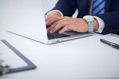 Επιχειρηματίας που εργάζεται με τη δακτυλογράφηση στο φορητό προσωπικό υπολογιστή Χέρια ατόμων ` s στο πρόσωπο σημειωματάριων ή ε Στοκ Εικόνες