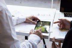 Επιχειρηματίας που εργάζεται με το έγγραφο και την ψηφιακή ταμπλέτα στο γραφείο W Στοκ Φωτογραφίες