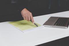Επιχειρηματίας που εργάζεται με το έγγραφο και τον υπολογιστή στο workpla γραφείων Στοκ εικόνα με δικαίωμα ελεύθερης χρήσης