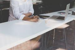 Επιχειρηματίας που εργάζεται με το έγγραφο και τον υπολογιστή στο workpla γραφείων Στοκ Εικόνα