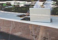 Επιχειρηματίας που εργάζεται με το έγγραφο και τον υπολογιστή στο workpla γραφείων Στοκ Φωτογραφία