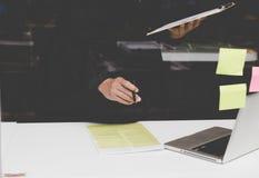 Επιχειρηματίας που εργάζεται με το έγγραφο και τον υπολογιστή στο workpla γραφείων Στοκ φωτογραφίες με δικαίωμα ελεύθερης χρήσης