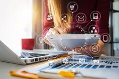 Επιχειρηματίας που εργάζεται με το έξυπνο τηλέφωνο και το lap-top και τον ψηφιακό υπολογιστή ταμπλετών στοκ φωτογραφία