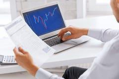 Επιχειρηματίας που εργάζεται με το διάγραμμα Forex στην αρχή Στοκ Εικόνες
