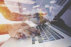 επιχειρηματίας που εργάζεται με το κινητό τηλέφωνο και την ψηφιακές ταμπλέτα και την περιτύλιξη Στοκ εικόνα με δικαίωμα ελεύθερης χρήσης