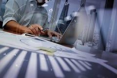 επιχειρηματίας που εργάζεται με το κινητό τηλέφωνο και την ψηφιακές ταμπλέτα και την περιτύλιξη Στοκ φωτογραφία με δικαίωμα ελεύθερης χρήσης