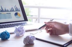 Επιχειρηματίας που εργάζεται με το σημειωματάριο και το σύγχρονο lap-top Στοκ φωτογραφίες με δικαίωμα ελεύθερης χρήσης